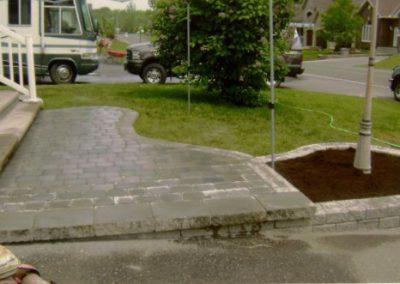 Pose d'un trottoir et d'une bordure en pavé uni effectuée par Paysagiste G. Chantereau de Père en Fils